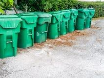 Οκτώ πράσινα λαστιχένια δοχεία απορριμάτων Στοκ Εικόνες