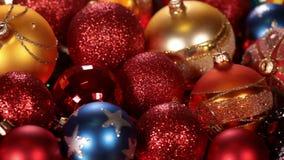 Ολίσθηση μπροστά από όμορφο να αναβοσβήσει διακοσμήσεων Χριστουγέννων και φω'των Χριστουγέννων απόθεμα βίντεο
