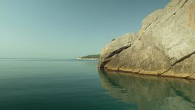 Ολίσθηση στη θάλασσα μεταξύ των βράχων απόθεμα βίντεο