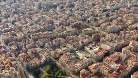 Ολική εναέρια άποψη στο κέντρο πόλεων Βαρκελώνη Ισπανία Περιοχή Eixample Ηλιόλουστη ημέρα, βιντεοσκοπημένες εικόνες απόθεμα βίντεο