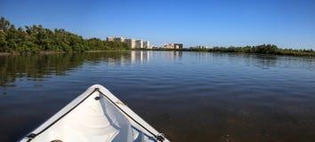 Ολισθήσεις καγιάκ μέσω του νερού κατά μήκος της ακτής του νησιού του Marco, στοκ φωτογραφία