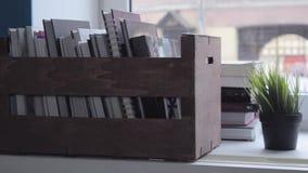 Ολισθαίνων ρυθμιστής που πυροβολείται του κιβωτίου με τα βιβλία στο παράθυρο, γραμμικός πυροβολισμός φιλμ μικρού μήκους