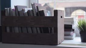 Ολισθαίνων ρυθμιστής που πυροβολείται του κιβωτίου με τα βιβλία στο παράθυρο, πυροβολισμός ανατροπής φιλμ μικρού μήκους