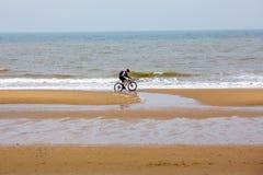 Ολλανδικά άτομα πρωινού αντανάκλασης ακτών bicyclist ποδηλάτων γύρου της Χάγης ήλιων της Χάγης Scheveningen Κάτω Χώρες Βόρεια Θαλ Στοκ Φωτογραφίες
