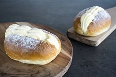 Ολλανδικά αποβουτυρωμένα σάντουιτς αποκαλούμενα roombroodje ή puddingbroodje στοκ εικόνες