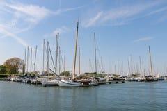 Ολλανδικά πλέοντας σκάφη στη μαρίνα στοκ φωτογραφία