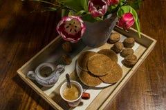 Ολλανδικές τουλίπες, ξύλα καρυδιάς, παραδοσιακές βάφλες σιροπιού, δοχείο ζάχαρης και Στοκ φωτογραφία με δικαίωμα ελεύθερης χρήσης
