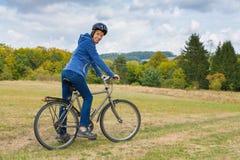 Ολλανδική γυναίκα στο ποδήλατο βουνών στη φύση στοκ φωτογραφία με δικαίωμα ελεύθερης χρήσης