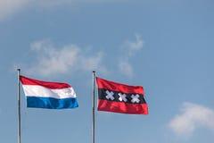 Ολλανδική σημαία και η σημαία πόλεων του Άμστερνταμ σε μια σειρά Στοκ φωτογραφία με δικαίωμα ελεύθερης χρήσης