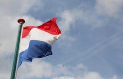 Ολλανδική σημαία που κυματίζει με το μπλε ουρανό Στοκ εικόνα με δικαίωμα ελεύθερης χρήσης