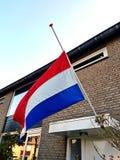 Ολλανδική σημαία στον μισό-ιστό στη ημέρα μνήμης στις Κάτω Χώρες σε ένα σπίτι Στοκ εικόνες με δικαίωμα ελεύθερης χρήσης
