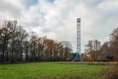 Ολλανδικός δασικός πύργος παρατήρησης, που χτίζεται το 1885, που σκιαγραφείται πάλι στοκ εικόνες