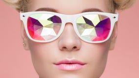 Πορτρέτο της όμορφης νέας γυναίκας με τα χρωματισμένα γυαλιά στοκ εικόνες με δικαίωμα ελεύθερης χρήσης
