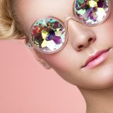 Πορτρέτο της όμορφης νέας γυναίκας με τα χρωματισμένα γυαλιά στοκ εικόνες