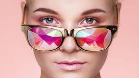 Πορτρέτο της όμορφης νέας γυναίκας με τα χρωματισμένα γυαλιά στοκ εικόνα με δικαίωμα ελεύθερης χρήσης