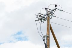 Ολοκαίνουργιος ξύλινος πόλος ηλεκτρικής ενέργειας σε μια γκρίζα νεφελώδη ημέρα στοκ φωτογραφία με δικαίωμα ελεύθερης χρήσης