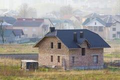 Ολοκαίνουργιο ευρύχωρο τούβλο δύο κατοικημένο σπίτι ιστορίας με την επικεράμωση στοκ φωτογραφίες