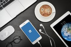 Ολοκαίνουργιο iPhone 8 της Apple συν με Linkedin app στην οθόνη Στοκ φωτογραφία με δικαίωμα ελεύθερης χρήσης