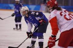Ολυμπιακή ομάδα ΗΠΑ πρωτοπόρων καπετάνιος Meghan Duggan στη δράση ενάντια στον ολυμπιακό αθλητή ομάδας από τη Ρωσία Στοκ Εικόνα