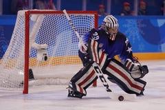 Ολυμπιακός ΑΜΕΡΙΚΑΝΙΚΟΣ τερματοφύλακας Nicole Hensley ομάδας πρωτοπόρων στη δράση ενάντια στον ολυμπιακό αθλητή ομάδας από τη Ρωσ Στοκ Εικόνα