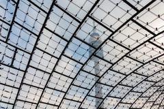 Ολυμπιακός πύργος στο Μόναχο που πυροβολείται μέσω της διάσημης υφαμένης στέγης γυαλιού con Στοκ Εικόνες