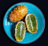 Ολόκληρα και διχοτομημένα φρούτα kiwano στοκ φωτογραφία με δικαίωμα ελεύθερης χρήσης