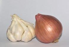 Ολόκληρα κρεμμύδι και σκόρδο στοκ εικόνα με δικαίωμα ελεύθερης χρήσης