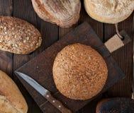 ολόκληρες φραντζόλες του ψωμιού φιαγμένου από άσπρες αλεύρι και σίκαλη σίτου με τους σπόρους στοκ φωτογραφίες