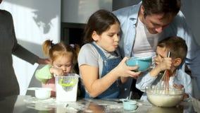Ολόκληρη η οικογένεια στην κουζίνα προετοιμάζει τα τρόφιμα Η παλαιότερη κόρη λεκίασε τον πατέρα της με το αλεύρι Αστείο παιδιών ` φιλμ μικρού μήκους