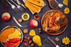 Ολόκληρη κοτόπουλο ή Τουρκία, φρούτα και ψημένα στη σχάρα λαχανικά φθινοπώρου: καλαμπόκι, κολοκύθα, πάπρικα Έννοια τροφίμων ημέρα Στοκ φωτογραφία με δικαίωμα ελεύθερης χρήσης