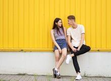 0059e9e0047 Ολόκληρη φωτογραφία ενός χαριτωμένου κοριτσιού με το φίλο της σε ένα  κίτρινο υπόβαθρο Έννοια σχέσης και
