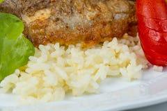 Ολόκληρη ψημένη πέρκα λούτσων με τα λαχανικά και το ρύζι Στοκ Εικόνα