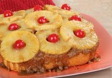 Ολόκληρο ανάποδο κέικ ανανά στοκ φωτογραφίες