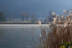 Ολόκληρο λιμνών παγωμένο εντελώς - λίμνη Endine - Μπέργκαμο - Ιταλία Στοκ Εικόνα
