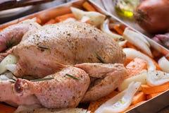 Ολόκληρο το κοτόπουλο καρύκεψε τα άψητα τεμαχισμένα κρεμμύδια πατατών διοσκορέων καρότων λαχανικών στο ελαιόλαδο της Rosemary μορ Στοκ Εικόνα