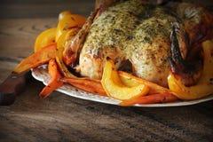 Ολόκληρο ψημένο κοτόπουλο με τα λαχανικά πτώσης Στοκ εικόνα με δικαίωμα ελεύθερης χρήσης