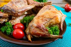 Ολόκληρο ψημένο κουνέλι με τα πράσινα και ντομάτες σε ένα πιάτο Νόστιμο διαιτητικό κρέας στοκ φωτογραφίες