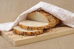Ολόκληρο ψωμί σίτου με τα σιτάρια Στοκ φωτογραφία με δικαίωμα ελεύθερης χρήσης
