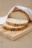 Ολόκληρο ψωμί σίτου με τα σιτάρια Στοκ Φωτογραφίες