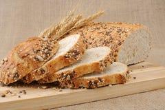 Ολόκληρο ψωμί σίτου με τα σιτάρια Στοκ Εικόνες