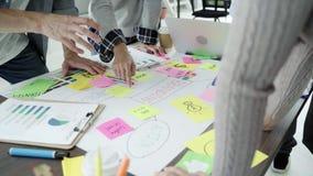 Ομάδα άνετα ντυμένων επιχειρηματιών που συζητούν τις ιδέες στο γραφείο φιλμ μικρού μήκους