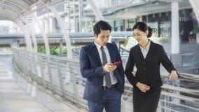 Ομάδα έξυπνου τηλεφώνου χρήσης ανδρών και γυναικών επιχειρηματιών του έξυπνου Στοκ φωτογραφίες με δικαίωμα ελεύθερης χρήσης