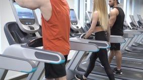 Ομάδα αθλητικών νέων που κάνουν την καρδιο κατάρτιση treadmill στη γυμναστική απόθεμα βίντεο