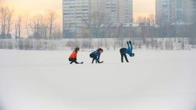 Ομάδα αθλητών που θερμαίνουν και που τεντώνουν πριν από την άσκηση στο χειμερινό δάσος φιλμ μικρού μήκους