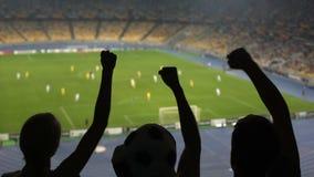 Ομάδα ανεμιστήρων που υποστηρίζουν την αγαπημένη ομάδα ποδοσφαίρου τους στο συσσωρευμένο στάδιο απόθεμα βίντεο
