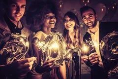 Ομάδα ανθρώπων κομμάτων που γιορτάζουν την άφιξη του 2019 στοκ φωτογραφίες με δικαίωμα ελεύθερης χρήσης