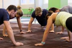 Ομάδα ανθρώπων που ασκεί στη γυμναστική Στοκ Εικόνες