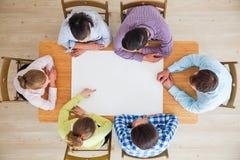 Ομάδα ανθρώπων που δείχνει τη Λευκή Βίβλο στοκ εικόνες με δικαίωμα ελεύθερης χρήσης