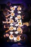 Ομάδα ανθρώπων που δειπνεί ή που τρώει Στοκ εικόνα με δικαίωμα ελεύθερης χρήσης