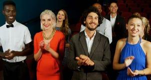Ομάδα ανθρώπων που επιδοκιμάζει προσέχοντας τον κινηματογράφο 4k απόθεμα βίντεο